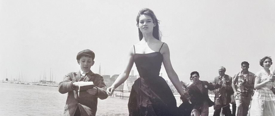 Brigitte Bardot, jeune, sur une plage de la Croisette, à Cannes.