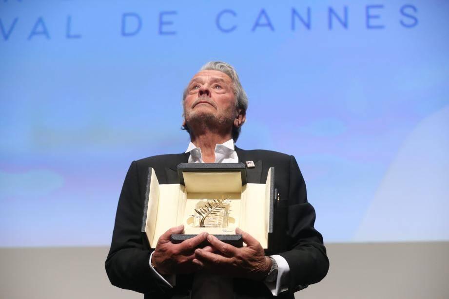 Alain Delon avec sa Palme d'or d'honneur.
