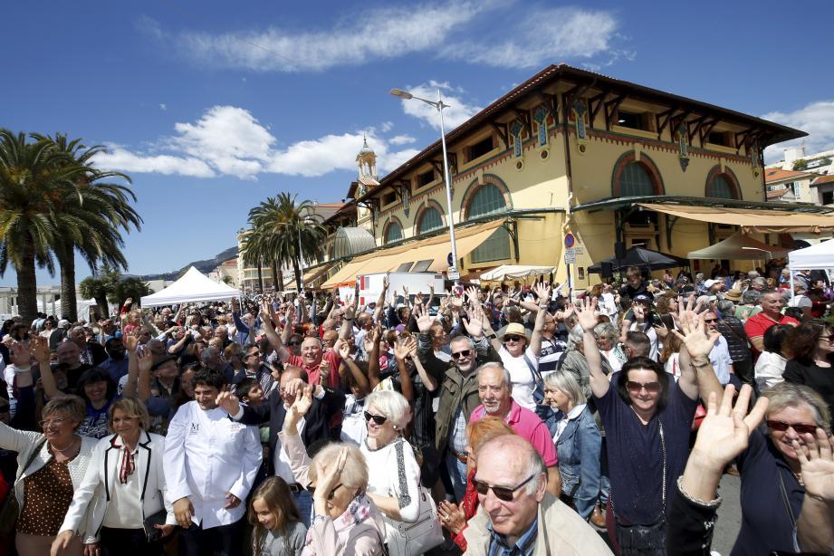 Les Mentonnais étaient au rendez-vous ce dimanche pour la Fête des marchés aux halles municipales.