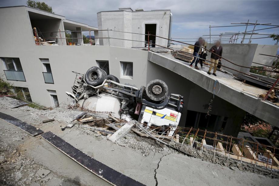 Le camion-toupie s'apprêtait à déverser du ciment quand il a basculé dans le fossé.