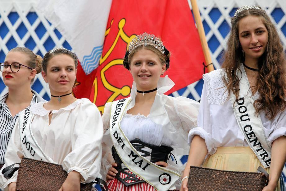 Natalia (au centre), élue Regina dei Mai dimanche à Cimiez.