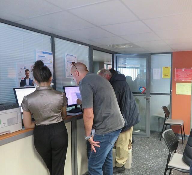 Un accueil Internet au centre des impôts rue Joseph Cadei à Nice.