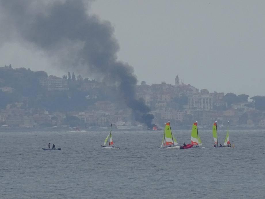 Ce samedi, vers 15 heures un bateau de plaisance a pris feu au large de Vintimille.