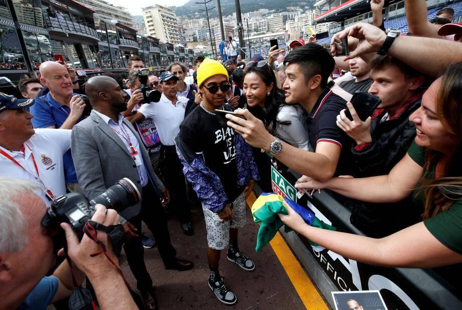 Scènes de cohue lorsque Lewis Hamilton est sorti du stand Mercedes pour aller à la rencontre de ses fans.