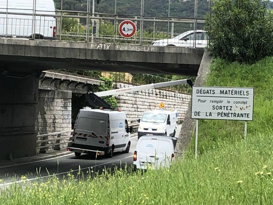 Le poids lourd ne passait pas sous le pont