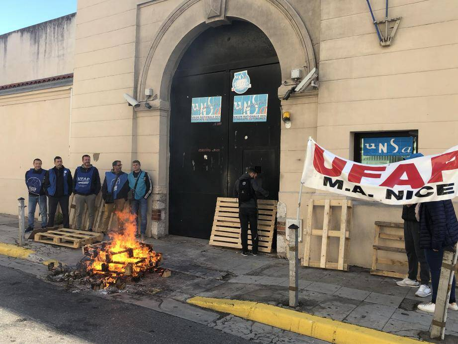 Les surveillants de la maison d'arrêt de Nice bloquant les portes de leur établissement ce jeudi matin.