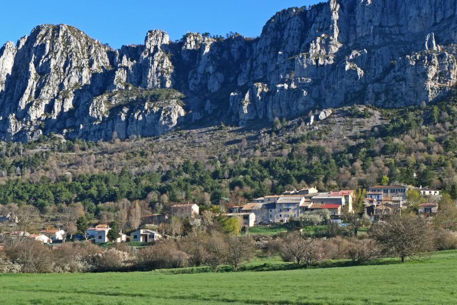 Vue sur le village de Séranon depuis la route Napoléon.
