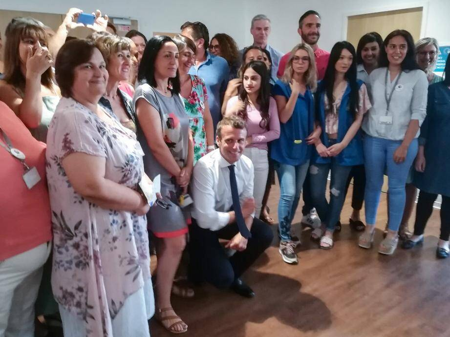 Emmanuel Macron a rencontré pendant plus d'une heure des chômeurs et des agents de Pôle Emploi, lors d'une visite surprise dans les quartiers Nord de Marseille, ce lundi 24 juin.