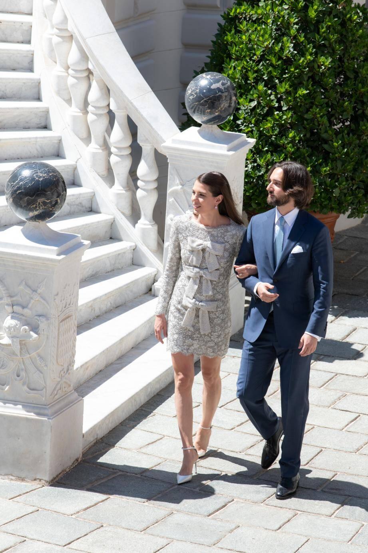 Dans la cour d'honneur du Palais princier, hier après la cérémonie, le couple prend la pose pour la postérité.