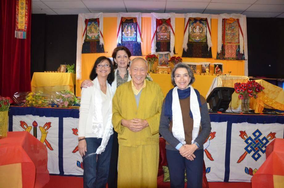 Le Vénérable Dagpo Lama Rinpoché, ici avec l'équipe de l'association Garuda, est venu présenter des conférences à plusieurs reprises à Beausoleil.