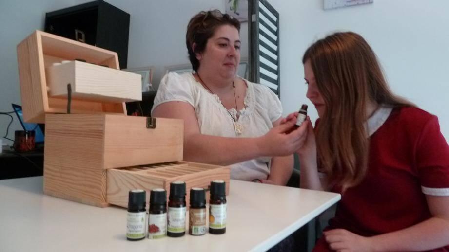 Aude Miralles propose des ateliers d'aromathérapie afin d'aider les adolescents et les adultes à surmonter leur stress à l'approche des examens. Le week-end dernier, elle est venue en aide à Paloma Guedenet, collégienne qui passe le brevet.