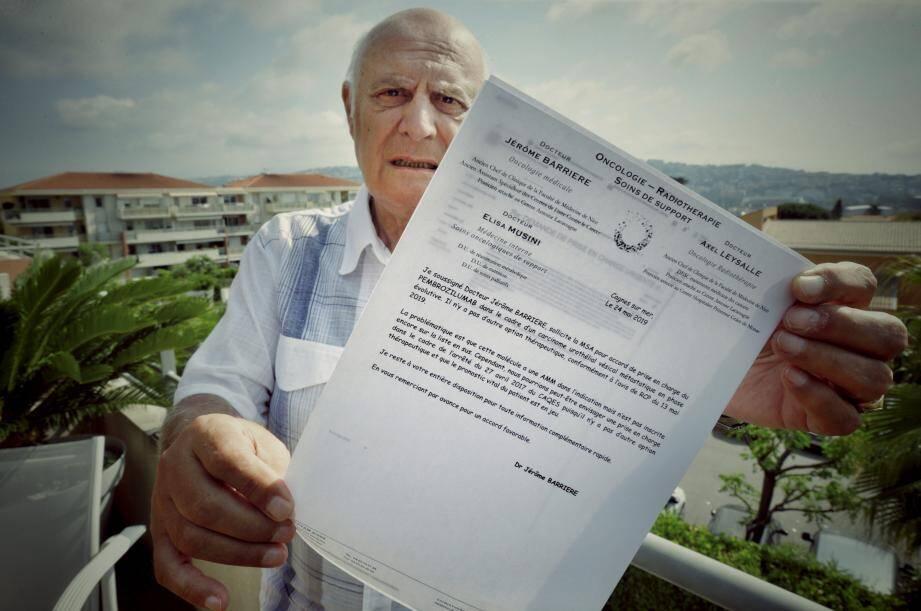 René exhibe le courrier dans lequel le Dr Barrière indique « qu'il n'y a pas d'autre option thérapeutique que le pembrolizumab et que le proostic vital [de René] est en jeu ».