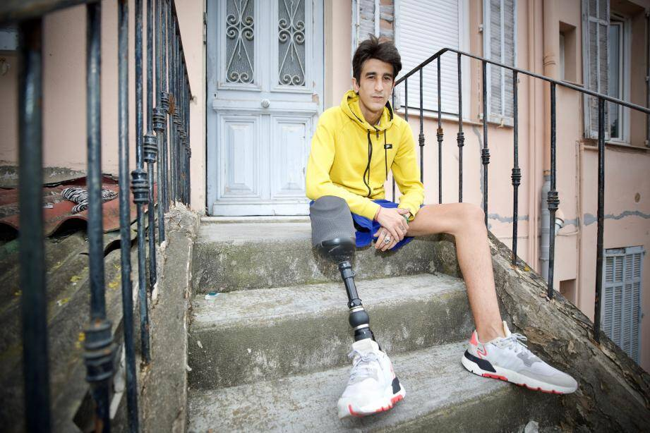 Sa vie a basculé le 18 février 2015. Ce jour-là, Jonathan circule à scooter sur la voie rapide de Cannes lorsqu'il percute une voiture. Un choc d'une violence inouïe.