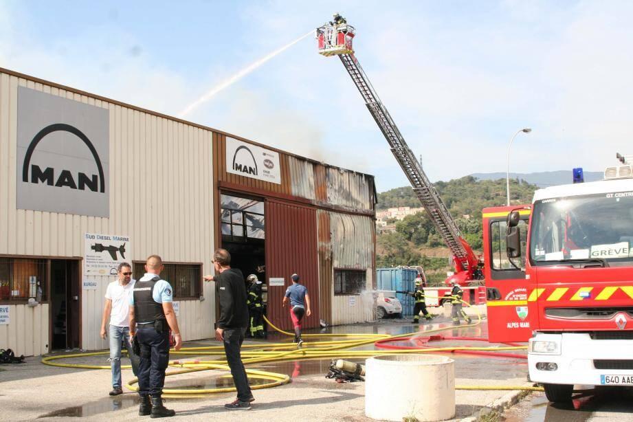 Les flammes ont notamment ravagé la partie du bâtiment qui abritait le service administratif et comptable de l'entreprise Sud Man Diesel.