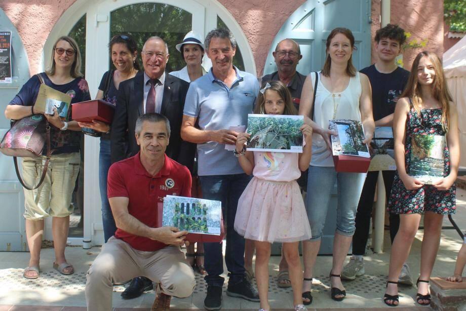 Les élus ont félicité les lauréats du concours photo.