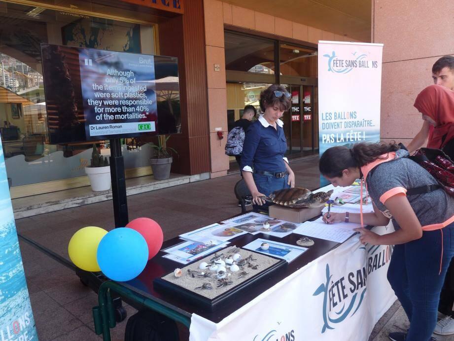 Le stand « Fête sans ballons », animé par l'Institut océanographique, invite le public à proposer des solutions pour remplacer les ballons dans les fêtes.