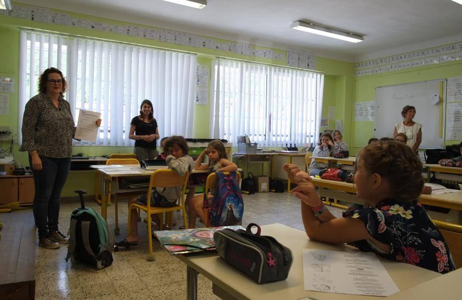 Kendra (à droite) est intervenue lors de la présentation du projet dans une salle de classe pour évoquer devant Virginie Szames, (à gauche), l'histoire de l'ancien grand magasin de Guillaumes devenu une enseigne de proximité.