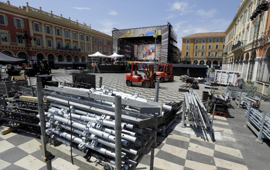 Le show de vendredi soir se prépare, place Masséna...