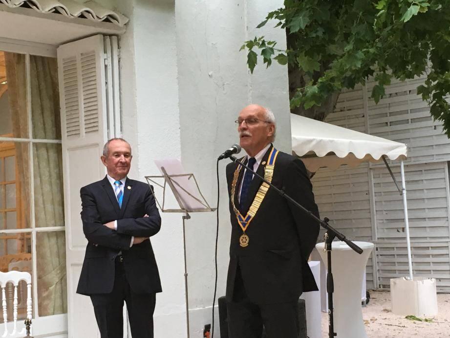 Roland Beaupoil (à droite) succède à Guy Eveillard  (à gauche).