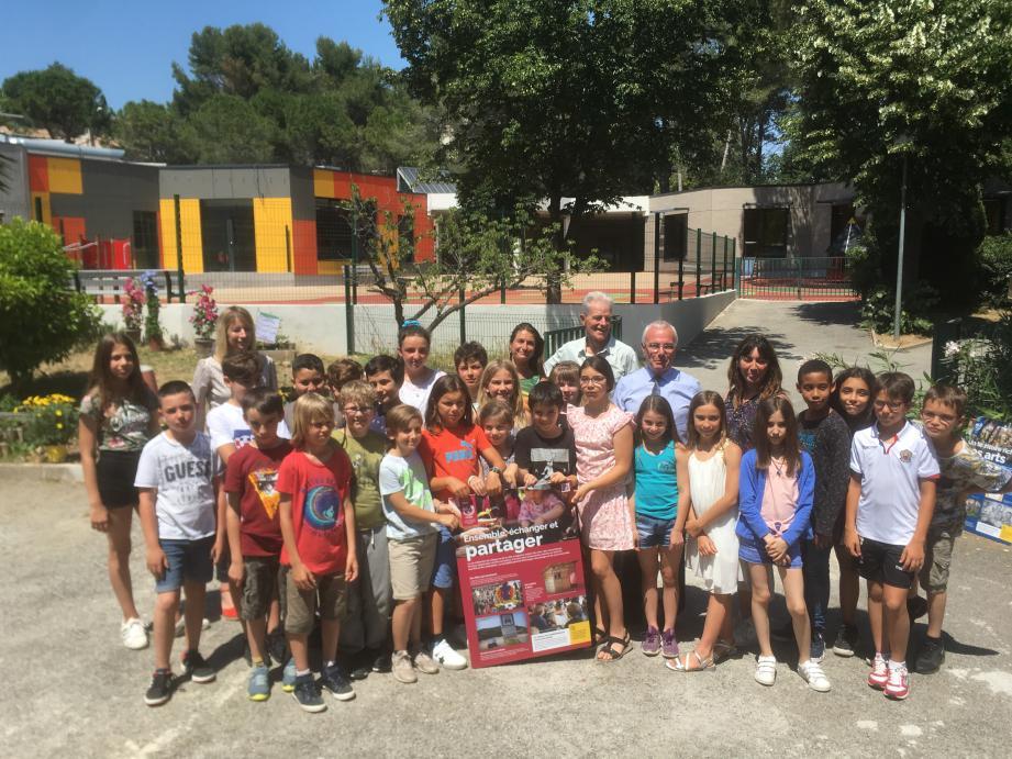 Les enfants de la classe CM1/CM2 de Prévert en compagnie du maire.