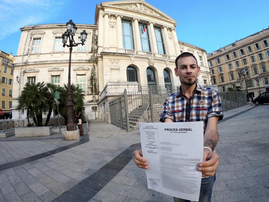 Sébastien Liautaud devant le palais de justice de Nice, lundi soir, avec la plainte qu'il vient de déposer auprès de la brigade des mineurs de la sûreté départementale.