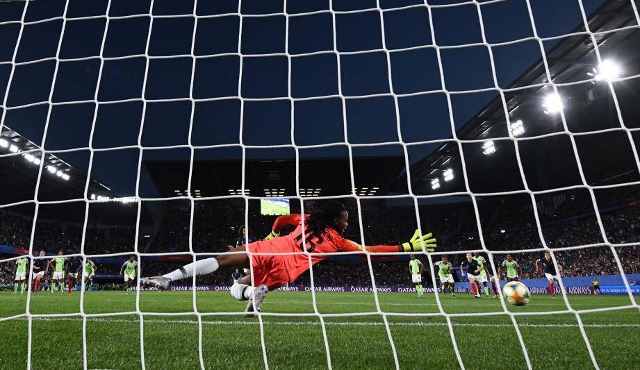 Pour avoir quitté sa ligne de quelques centimètres au moment du penalty manqué de Wendie Renard, la gardienne nigériane a été sanctionnée. Une seconde chance a été offerte à la Française.