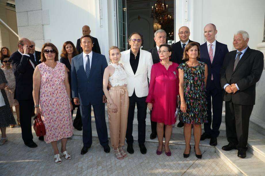 La mécène (en robe rose) a reçu sa décoration des mains de l'ambassadrice de France à Monaco, Marine de Carné-Trecesson.(DR)