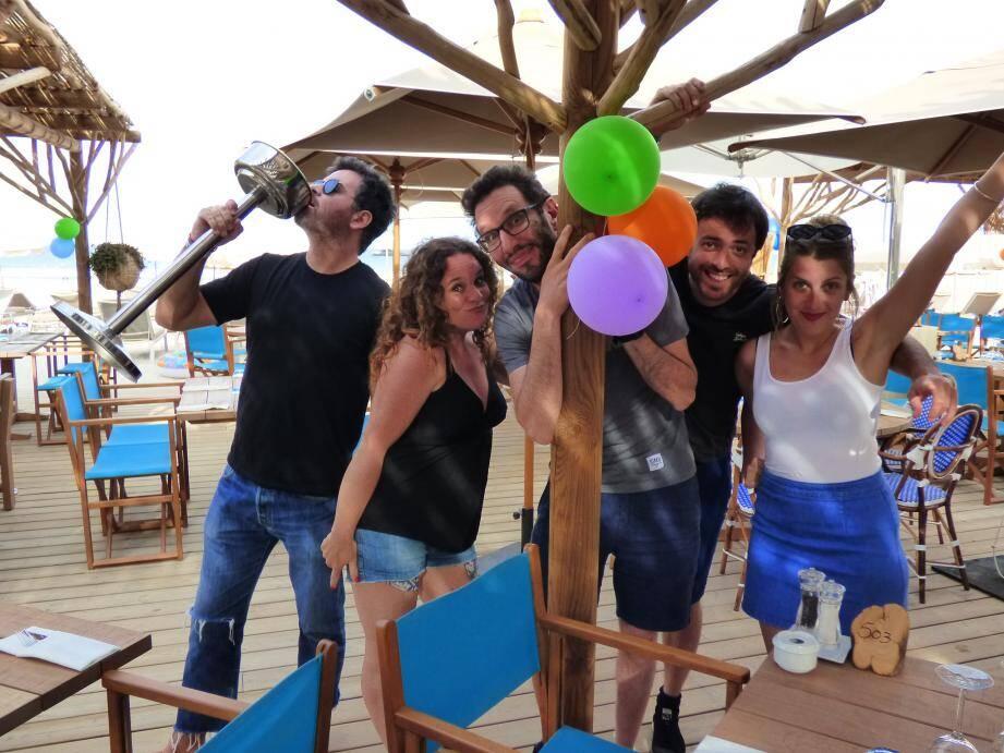 De gauche à droite sur la terrasse, la bande de joyeux drilles : Niko, Isabelle, Manu, Glandu et Paulette.