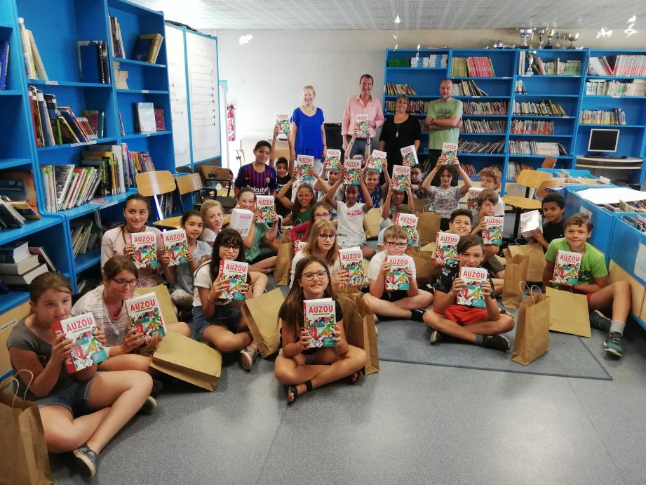 Les élèves de Jean-Jaurès tout sourire avec leur cadeau!