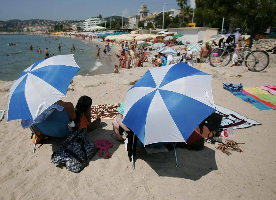 La plage demeure un bon moyen de lutter contre la canicule. A condition bien sûr de s'abriter sous un parasol, de boire beaucoup et de se... baigner.