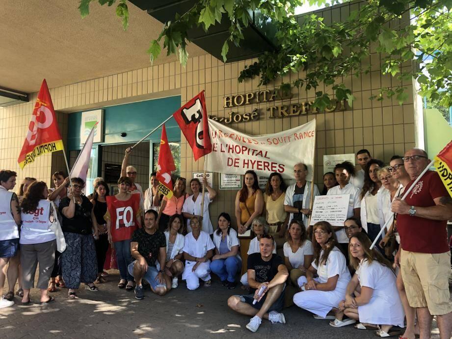 Hier matin, des personnels de l'hôpital ont participé à un débrayage d'une demi heure et un mouvement de grève illimitée était lancée à l'initiative de l'intersyndicale FO/CGT. Michel Perrot (à droite), le directeur de l'établissement est allé à leur rencontre.