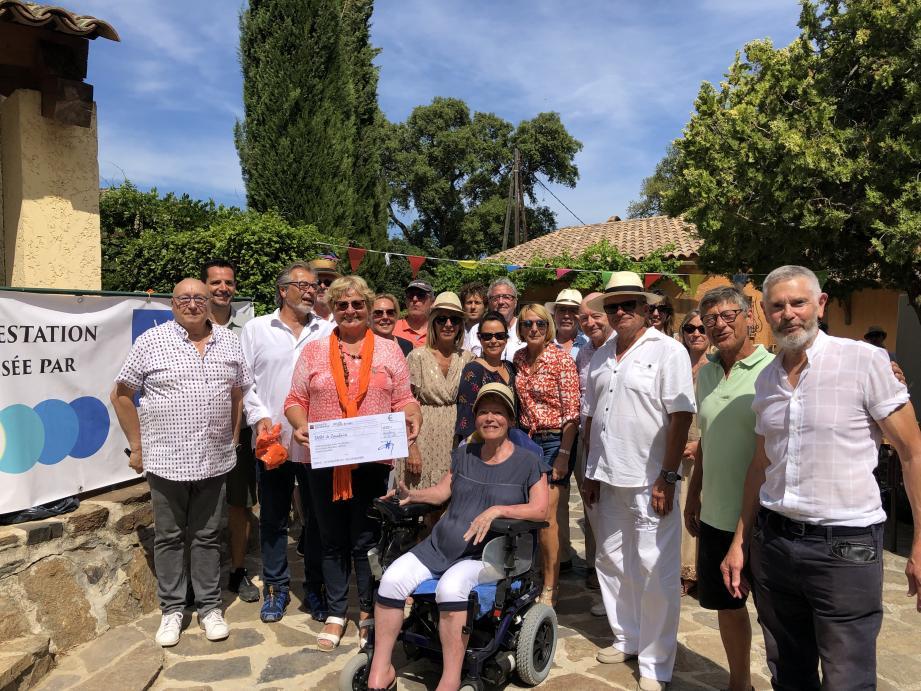 Anne Roussilhon, présidente de la SNSM de Cavalaire et Cyril Grimal, patron de la station ont reçu avec plaisir le chèque des amis du Maire.