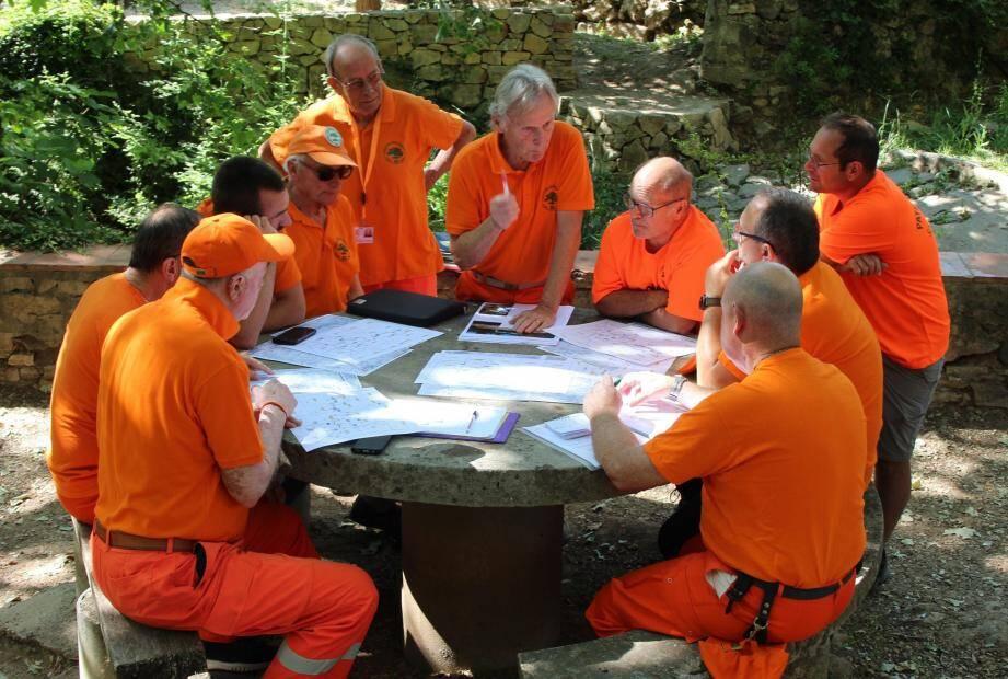 Exercice de lecture des cartes et de topographie pour les hommes en orange.