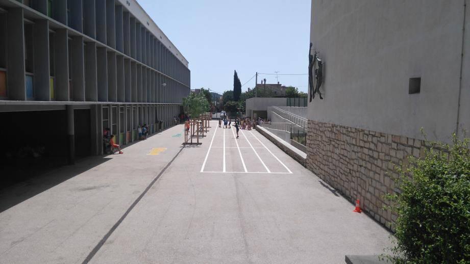 La cour de l'école, en plein cagnard à l'heure du déjeuner. Des arbres ont été plantés, mais ils sont encore trop petits pour faire de l'ombre aux élèves.