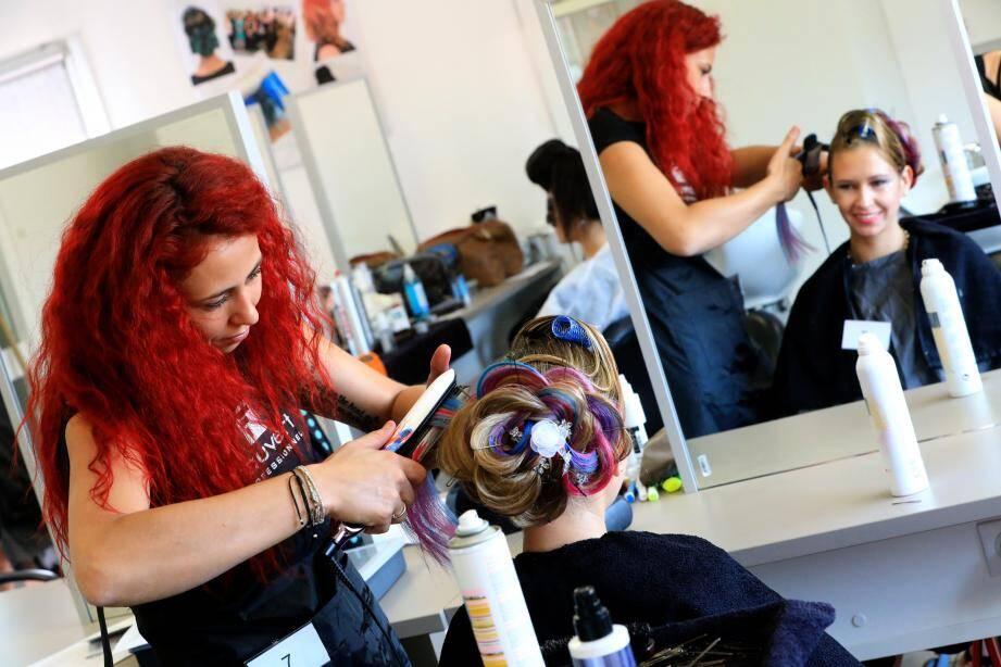 Les candidats avaient 1h30 pour réaliser leur coiffure, le tout avec du matériel de professionnel.