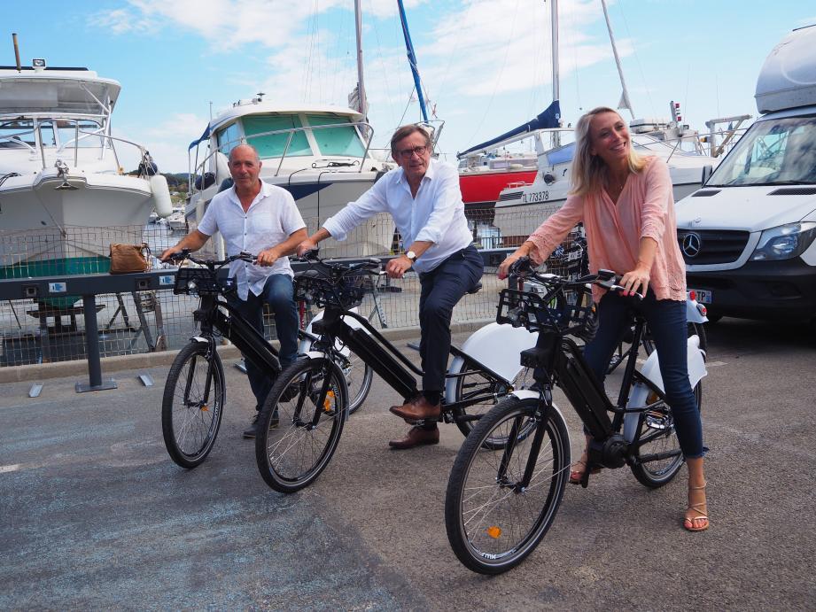 Le maire Jean-Sébastien Vialatte, entouré d'Hervé Fabre et Lætitia Quilici, a testé les vélos en avant-première.