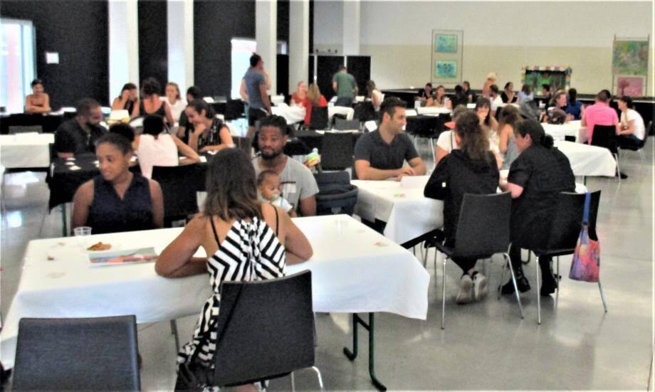 Des rencontres « speed-dating » sont proposées aux familles pour trouver l'assistante-maternelle qui leur convient.