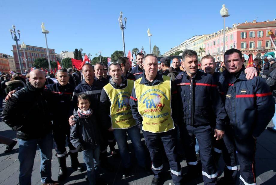 Le Niçois André Goretti, président national de la Fédération autonome des sapeurs-pompiers, entouré de ses camarades lors d'une manifestation à Nice en mars 2018.