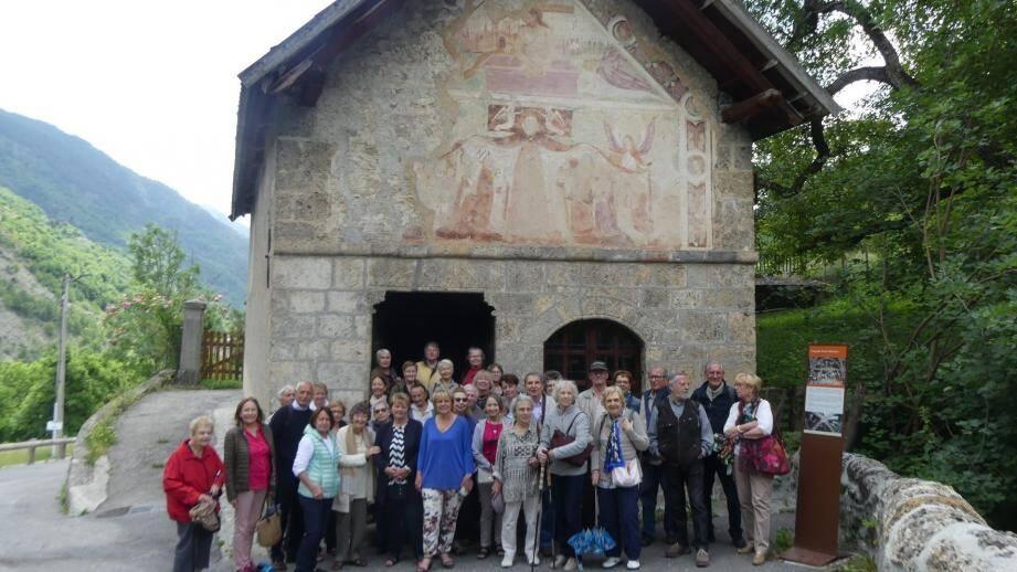 Les membres du « cercle Bréa » devant la chapelle Saint-Sébastien à Saint-Etienne, accueillis par le maire Colette Fabron (en bleu).