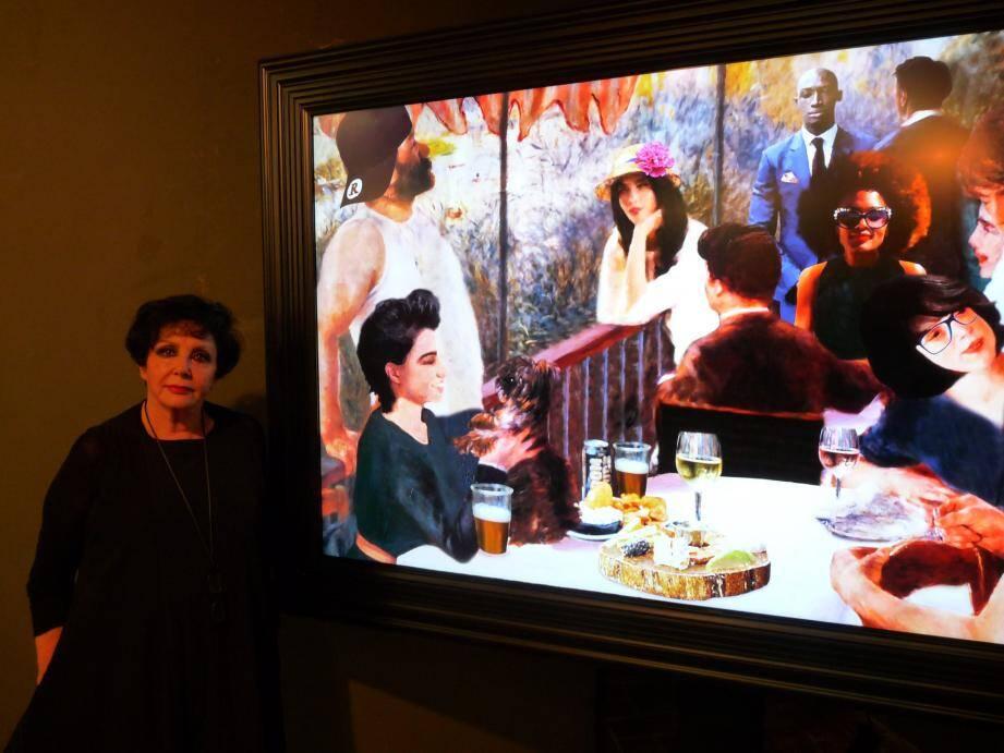 Simone Dido-Cohen, la commissaire de l'exposition, devant un morphing qui raméne le Déjeuner des canotiers, à notre ére. Un voyage temporel.