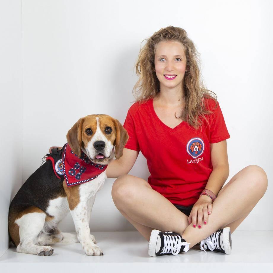 Laetitia Guigui et son fidèle compagnon : Lucky, 2 ans. Tellement inspirée par cette race de chien qu'elle a créé des logos et objets dérivés (ce tee-shirt par exemple).(DR)