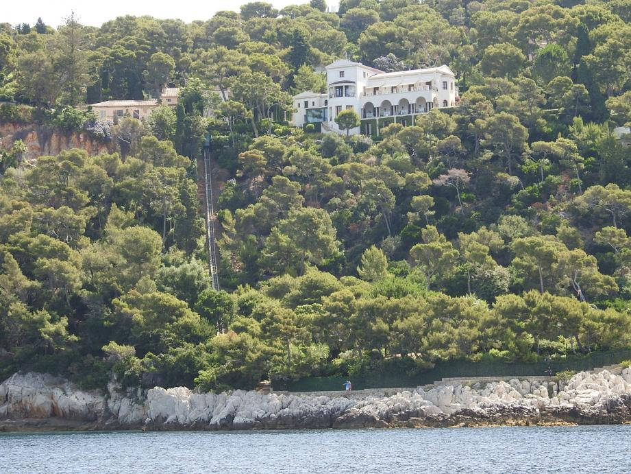 La villa Serena où séjourna Edith Piaf, avec son funiculaire privé. En haut,  « La Sirène ».