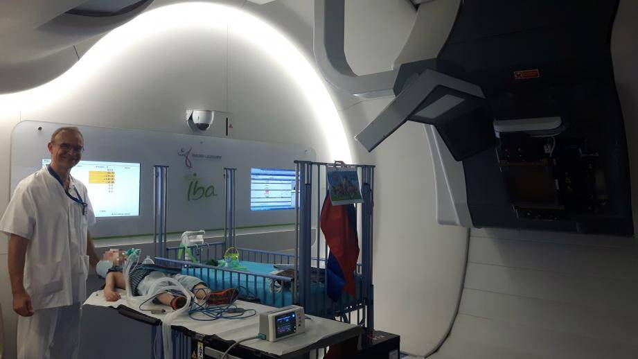 L'anesthésiste reste dans la salle de contrôle pendant le traitement de protonthérapie.