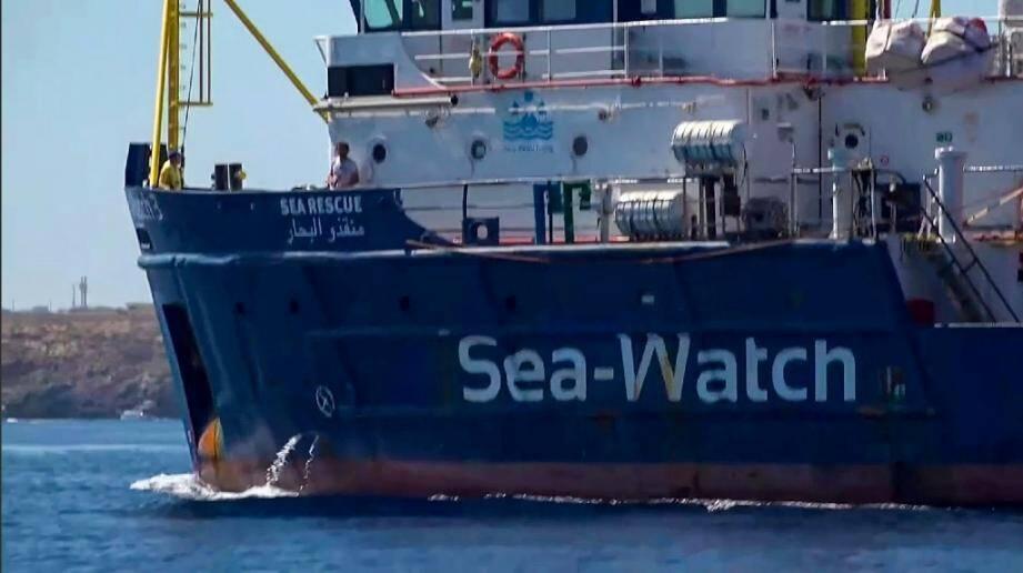 Image du navire Sea-Watch extraite d'une vidéo de l'organisation Local Team tournée au large de l'île de Lampedusa (Italie) le 26 juin 2019.
