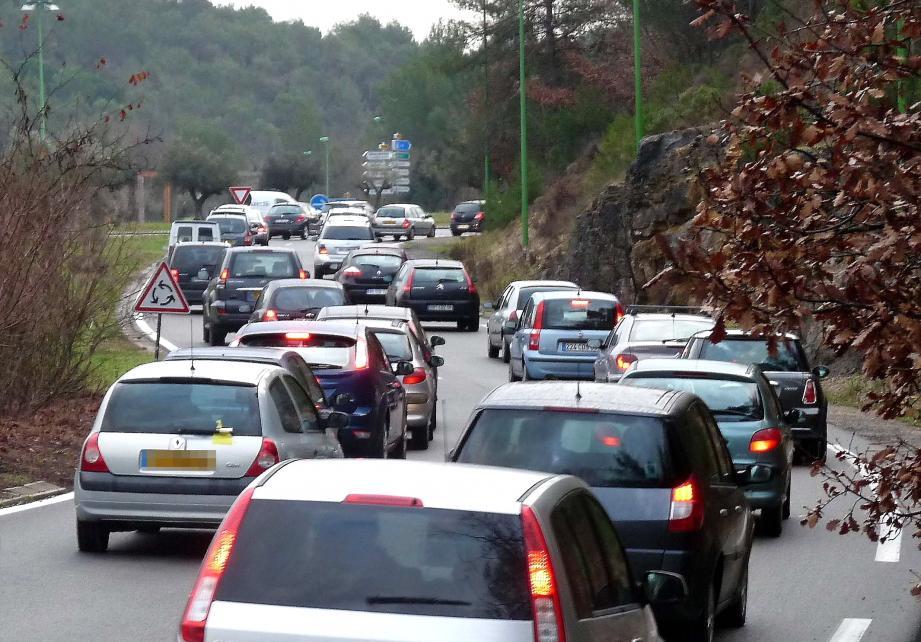 Les embouteillages sont légion à Sophia Antipolis, notamment aux heures de pointe.