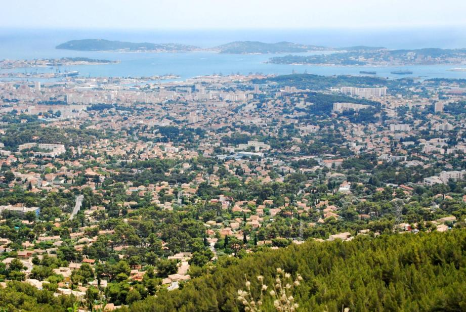 La rade de Toulon vue depuis le baou de Quatre-Oures.
