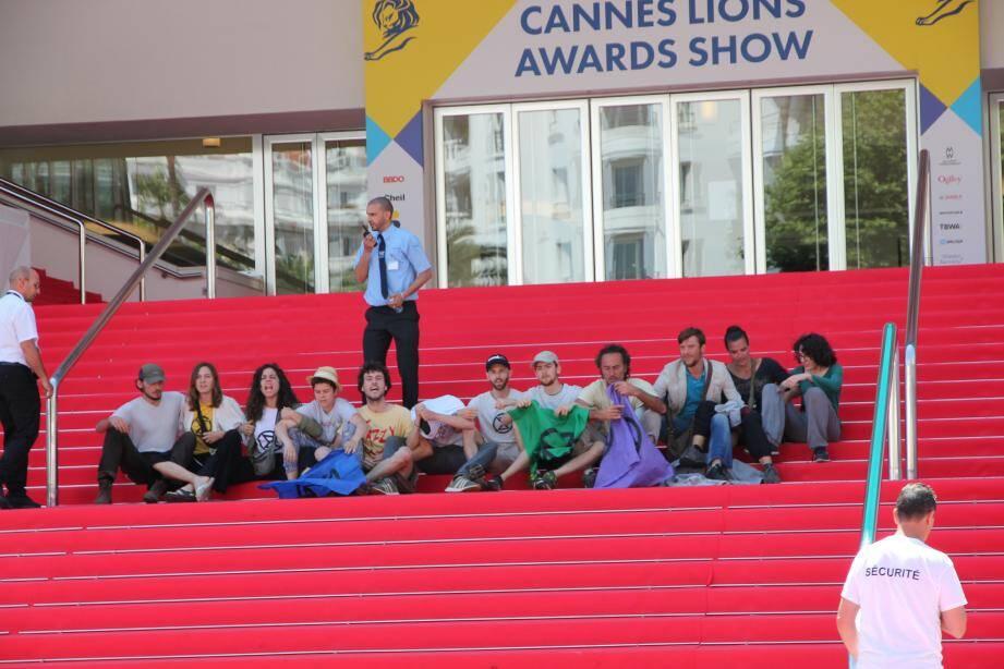 Les militants étaient assis en ligne sur le tapis rouge.