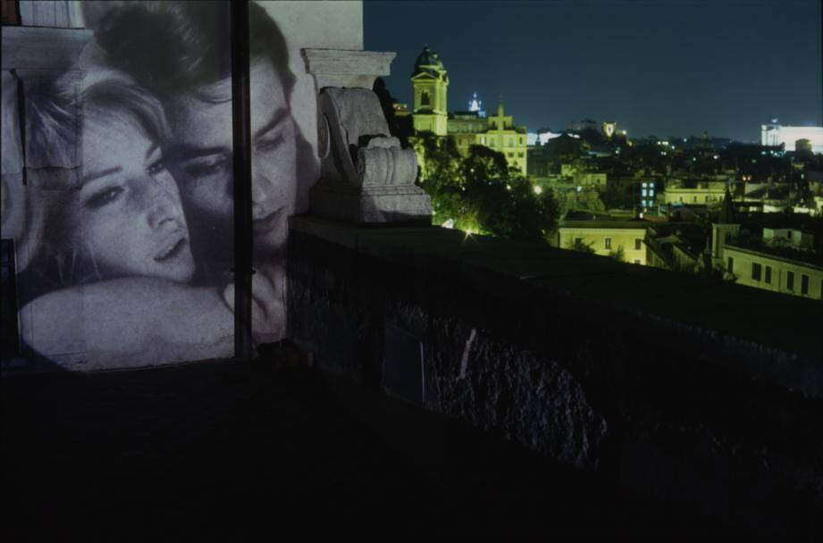"""Avec sa série de photos Cinecittà, c'est à Rome et aux heures glorieuses du cinéma italien qu'il a rendu hommage, en projetant de vieux films (ici, """"L'Avventura"""", de Michelangelo Antonioni, avec Monica Vitti et Alain Delon) sur les murs de la ville."""