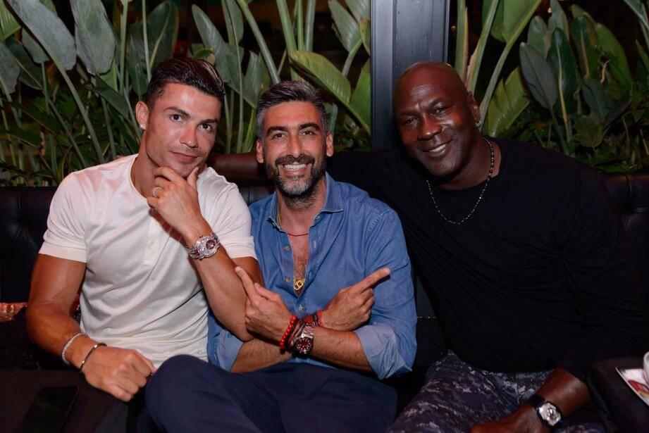 Samy Sass, le patron du Sass Café, a fait la surprise à Cristiano Ronaldo de l'asseoir à la table à côté de la légende vivante du basket, Michael Jordan.