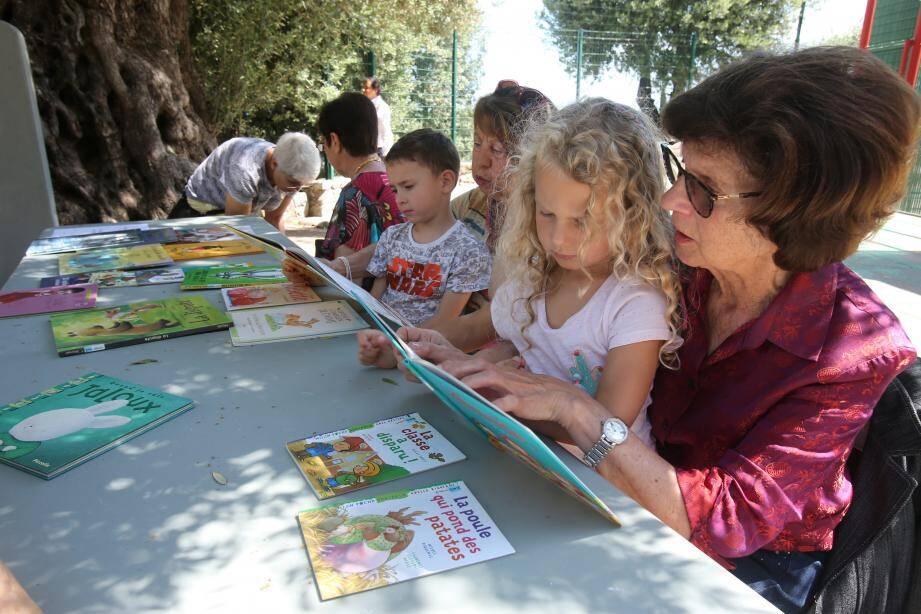 Des centaines d'enfants ont partagé une après-midi lecture avec des bénévoles retraitées.